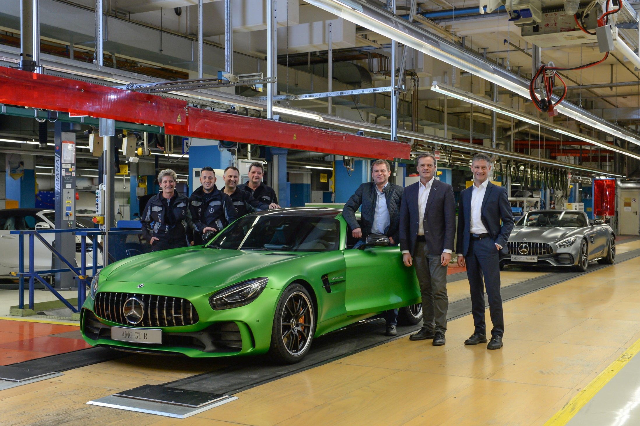 Produktionsstart im Mercedes-Benz Werk Sindelfingen: Markus Schäfer (2.v.r., Mitglied des Bereichsvorstands Mercedes-Benz Cars, Produktion und Supply Chain Management), Tobias Moers, (3.v.r., Vorsitzender der Geschäftsführung der Mercedes-AMG GmbH) und Michael Bauer (r., Standortverantwortlicher und Produktionsleiter Mercedes-Benz Werk Sindelfingen) mit der Mannschaft beim Anlauf des Mercedes-AMG GT R und des Mercedes-AMG GT C Roadsters. ;Mercedes-AMG GT R / Mercedes-AMG GT C Roadster: Kraftstoffverbrauch kombiniert: 11,4 l/100km; CO2-Emissionen kombiniert: 259 g/km Start of production at the Mercedes-Benz Sindelfingen plant: Markus Schaefer (2nd from right, Member of the Divisional Board of Mercedes-Benz Cars, Production and Supply Chain Management), Tobias Moers (3rd from right, CEO of Mercedes-AMG GmbH) and Michael Bauer (right, Plant Manager of the Mercedes-Benz Sindelfingen plant) with the team during the ramp-up of the Mercedes-AMG GT R and the Mercedes-AMG GT C Roadster.; Mercedes-AMG GT R / Mercedes-AMG GT C Roadster: fuel consumption combined: 11,4 l /100km; combined CO2 emissions: 259 g/km